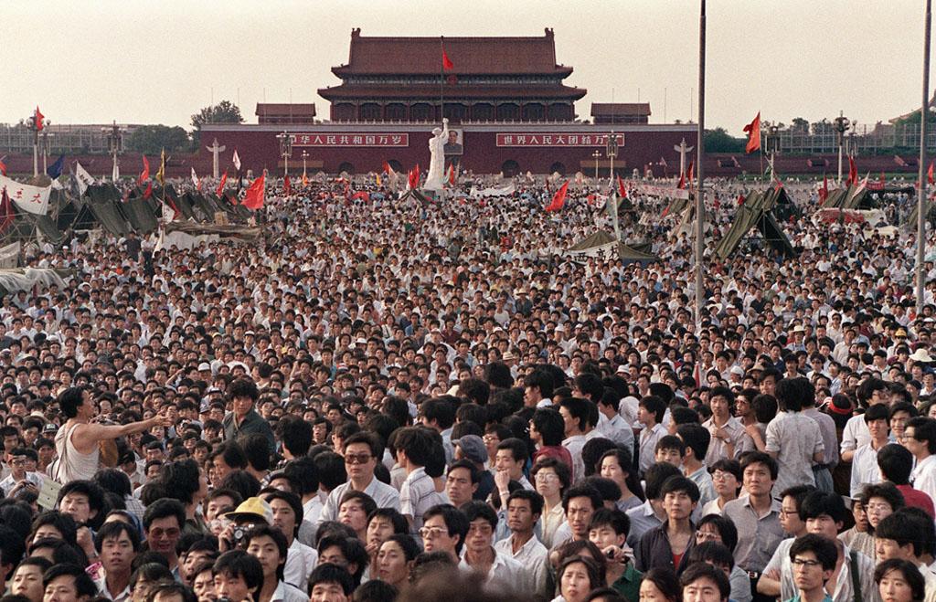Выступление студентов на площади Тяньаньмэнь в Китае
