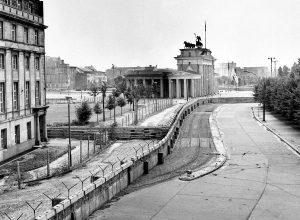 Аэростаты над… Берлинской стеной?